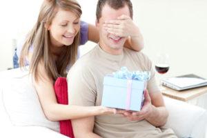 Что подарить парню на год отношений